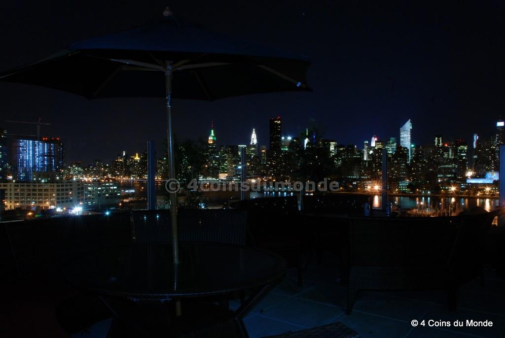 La vue sur Manhattan depuis le toit terrasse de l'hôtel