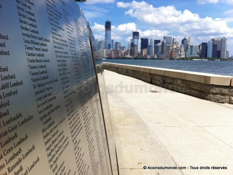 La vue sur le mur de noms et Manhattan depuis Ellis Island