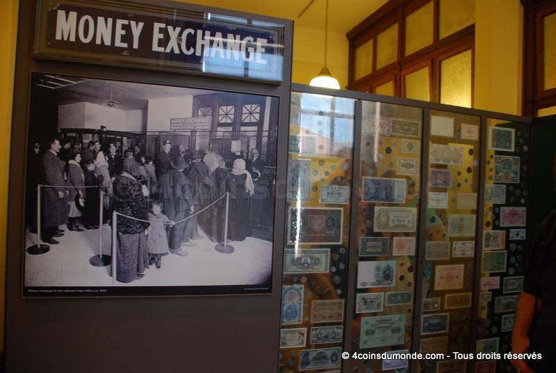 Panneau de visite du musée : monnaies