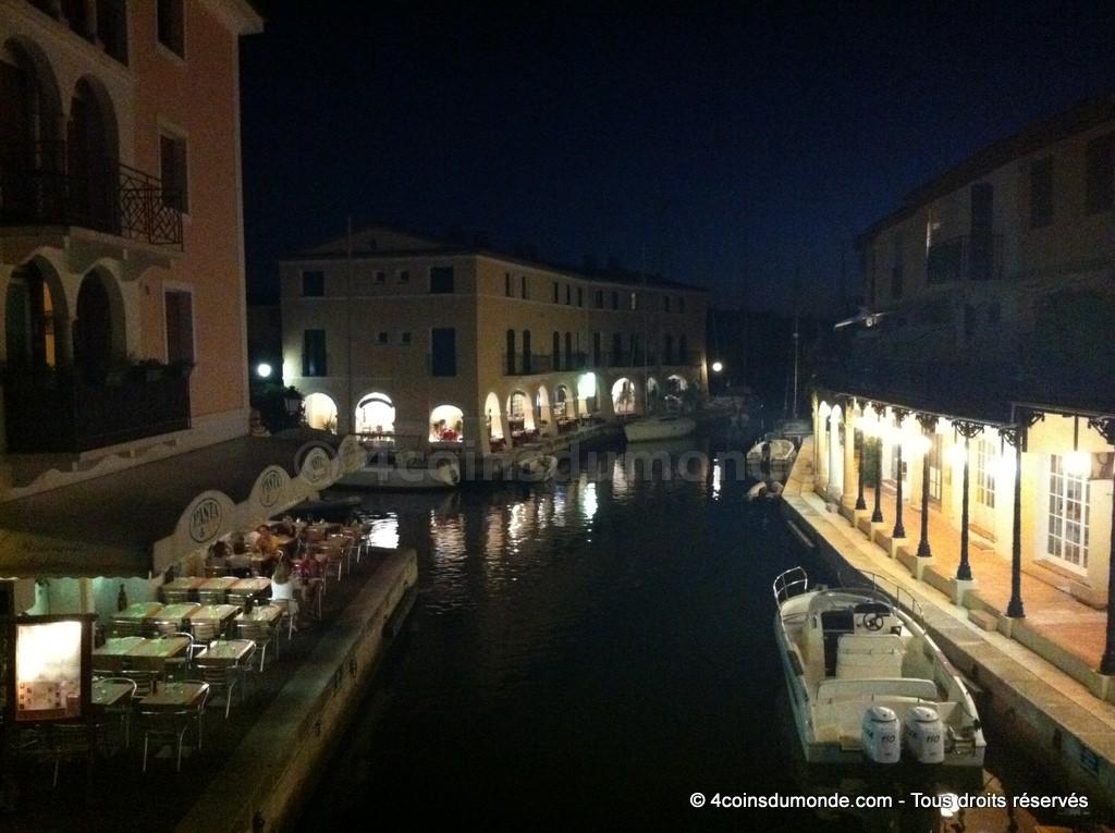 un des ponts de port grimaud donne l'impression d'etre a Venise