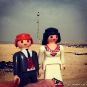 Play & Mobil à Bahrein devant un Air Torche de pétrole
