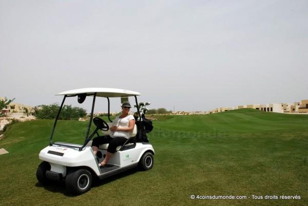 Flo, enceinte de 5 mois, profite de l'ombre de la golfette