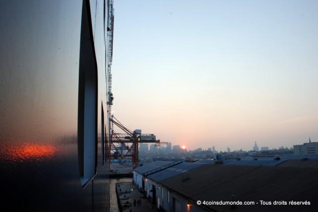 Vue depuis notre balcon du QM2 dans le port de New York, prêts pour débarquer