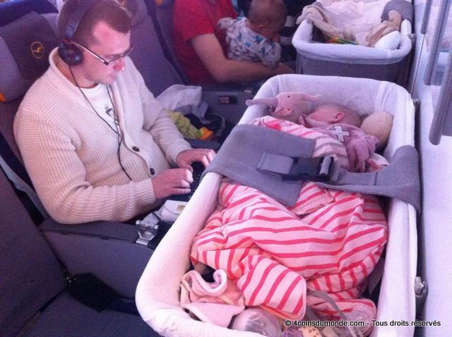 avec la nacelle du bebe il n'y a plus beaucoup de place pour nous dans l'avion