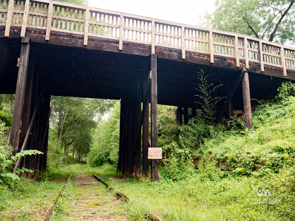 le pont avec le panneau du terminus The walking dead